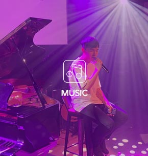 music: 가수가 무대에서 노래하는 이미지